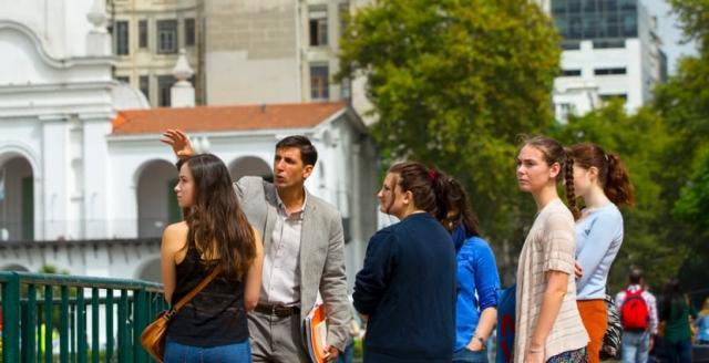 Studentki kierunku Historia Cultural: Ciudad, Paisaje, y Arquitectura na zajęciach w terenie.
